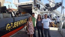 Una delegación de Cort visita el Rainbow Warrior de Greenpeace para apoyar su campaña sobre el plástico en el mar