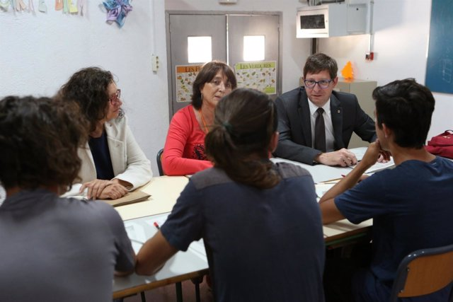 El conseller de Justicia, Carles Mundó, en una aula del CE l'Alzina