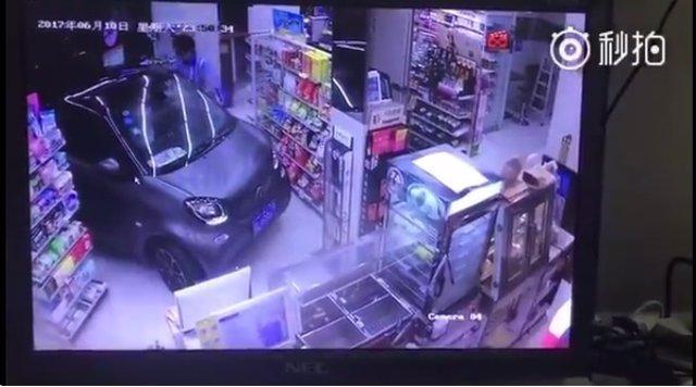 Conductor aparca dentro de una tiendapor no mojarse para comprar yogur y patatas
