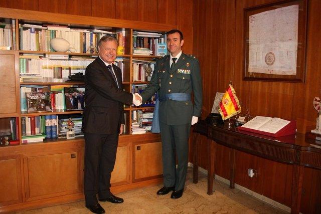 El nuevo jefe de la Guarcia Civil, Juan Carretero Lucena, saluda al subdelegado