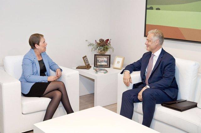 Uxue Barkos y el embajador de Reino Unido, Simon Manley