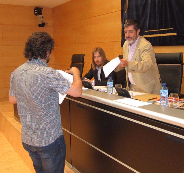 José Sarrión entrega una propuesta al presidente de la Comisión, Manuel Mitadiel