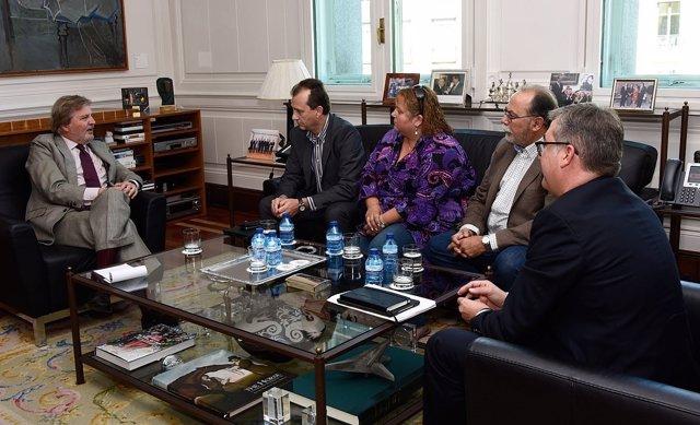 Méndez de Vigo, ha recibido a miembros de la Asociación de Padres CEAPA
