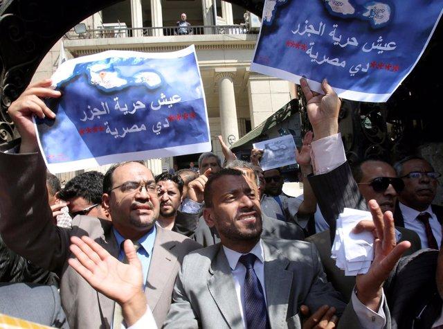 Manifestantes contra el plan egpcio de ceder Tirán y Sanafir a Arabia Saudí