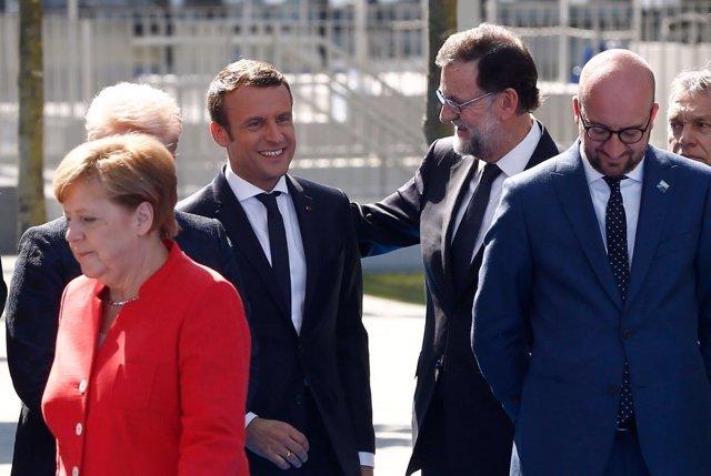 Mariano Rajoy saluda a Emmanuel Macron en la cumbre de la OTAN