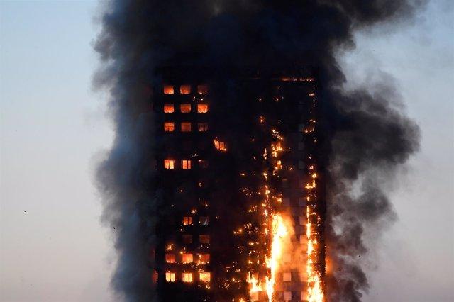 Incendio en un bloque de apartamentos en Londres