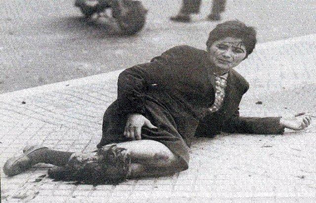 Fotografía de una mujer herida en la pierna por el bombardeo de la Plaza de Mayo