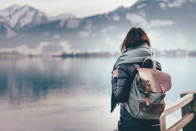 Soledad, mochila, chica, viaje, solo, montaña, lago