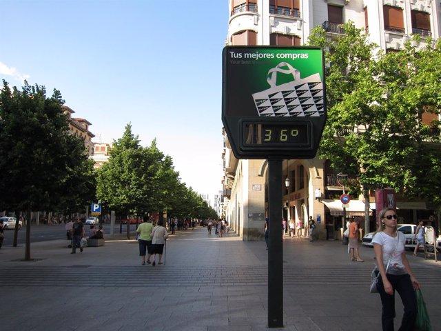 Termómetro A 36º En Zaragoza. Calor. Altas Temperaturas