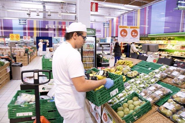 Un trabajador en un supermercado