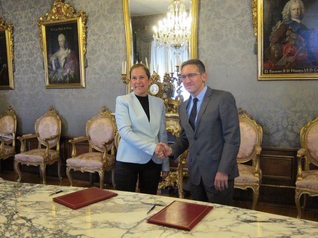 Uxue Barkos y Jaume Giró en la firma del acuerdo