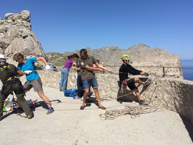 Jornada de limpieza en el mirador de Sa Creueta, en Formentor