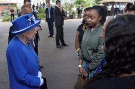 La reina Isabel II, el príncipe Guillermo y May visitan a las víctimas del incendio de Grenfell Tower