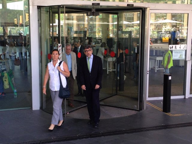 Gemma Montull, su abogado Jordi Pina y su padre Jordi Montull al fondo