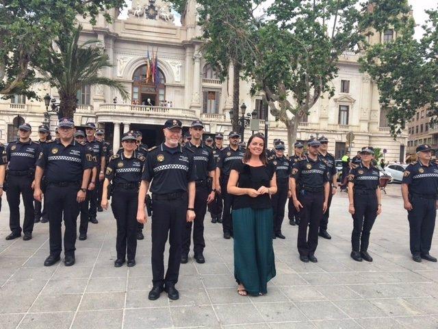 Anaïs Menguzzato con agentes que llevan el nuevo uniforme