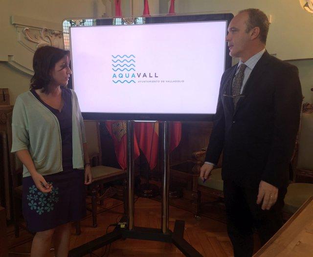 La concejal María Sánchez, junto al gerente de Aquavall, Pedro Luis Arroyo