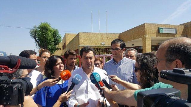 Juanma Moreno atiende a los medios tras abordar la climatización con el AMPA