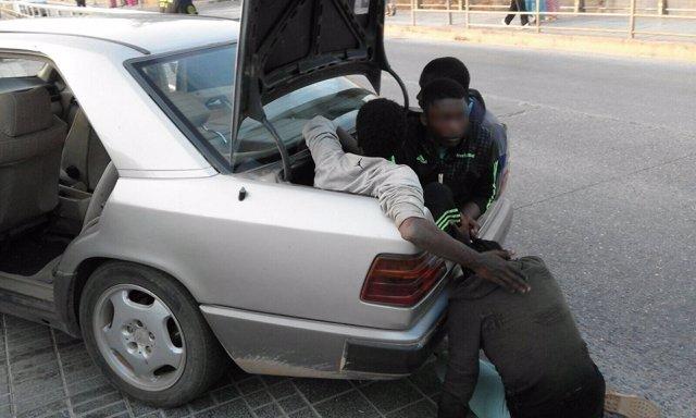 Inmigrantes ocultos en el coche que entró violentamente en Melilla
