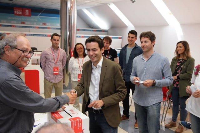 Casares vota en las primarias del PSOE