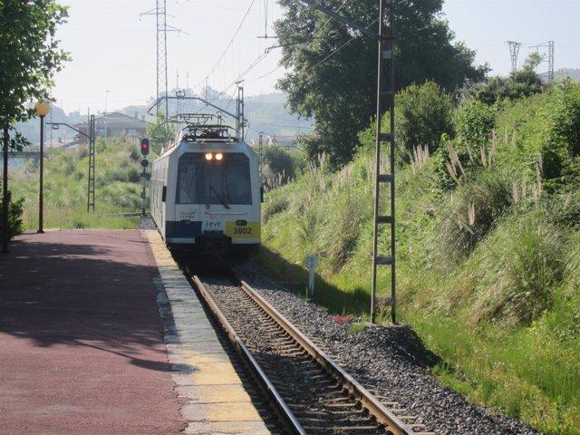 Tren llega a una estación