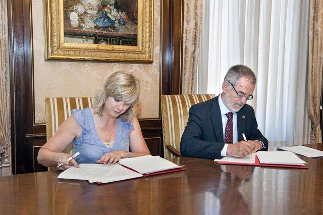 Ana Ollo e Iñaki Dorronsoro firman el convenio