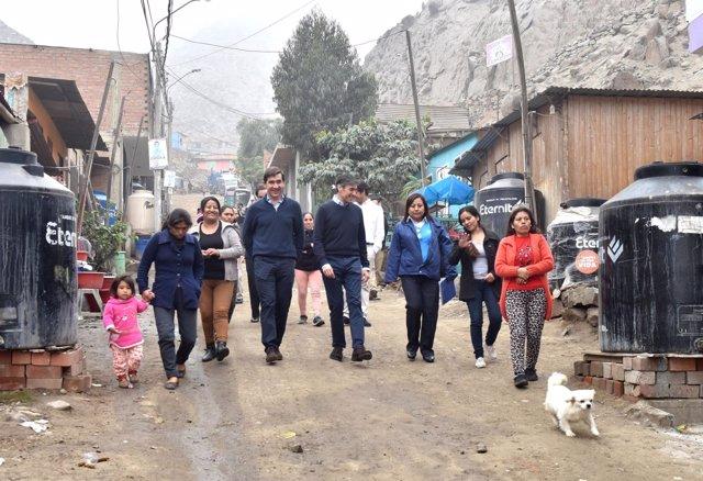 El consejero delegado de BBVA visita un distrito de Lima (Perú)
