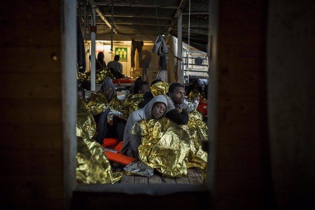 Un grupo de hombres rescatado por la ONG Proactiva Open Arms