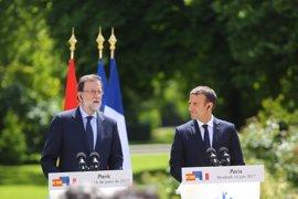 """Rajoy dice en París que la extrema izquierda y la extrema derecha quieren """"romperlo todo"""" para ir """"a ninguna parte"""""""