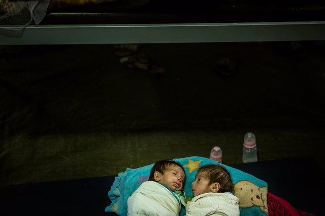 Dos gemelos desnutridos tratados en una clínica de MSF cerca de Mosul
