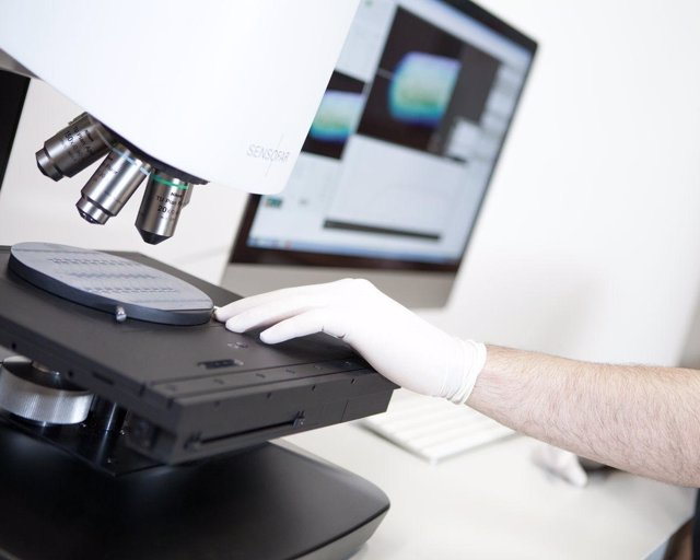 Investigación fotónica en un laboratorio de la UPC de Terrassa