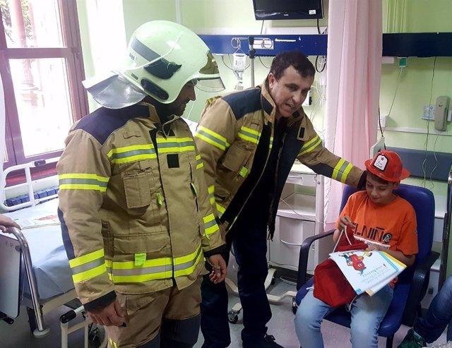 Bomberos visitan a niños ingresados en Basurto