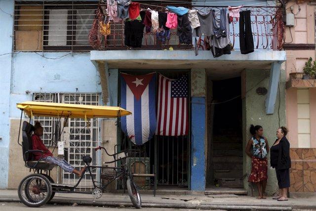 Banderas de Cuba y Estados Unidos en La Habana Vieja