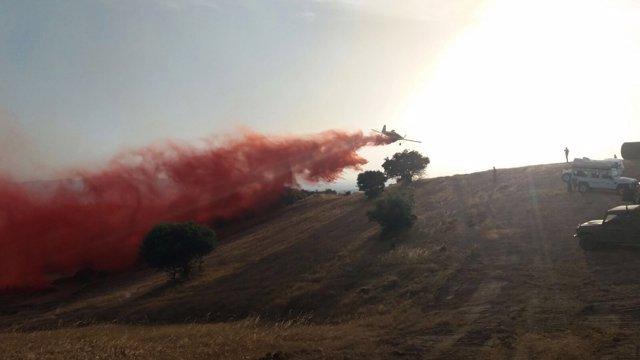 Una avioneta del Infoca actúa en el límite del campo de tiro de Cerro Muriano