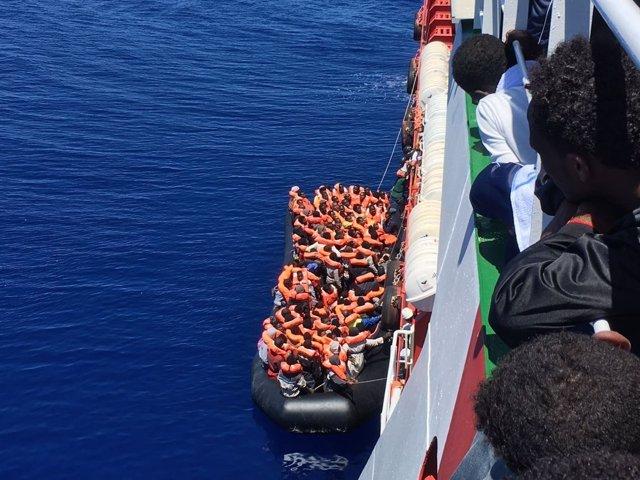Rescate de una embarcación con inmigrantes en el Mediterráneo