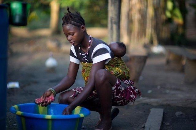 Una niña de 15 años con su hija en Sierra Leona