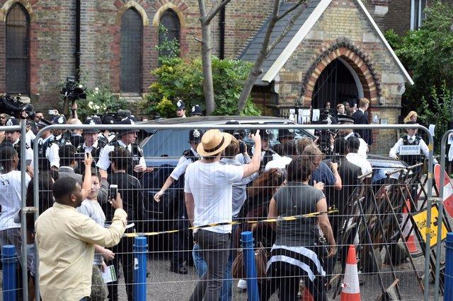 May abandona entre gritos de protesta la reunión con los afectados por el incend