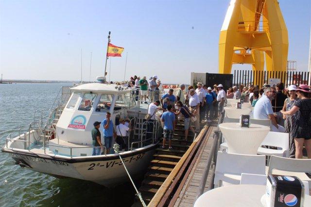 Paseo por la Ría de Huelva de voluntarios de Resurgir y Feafes