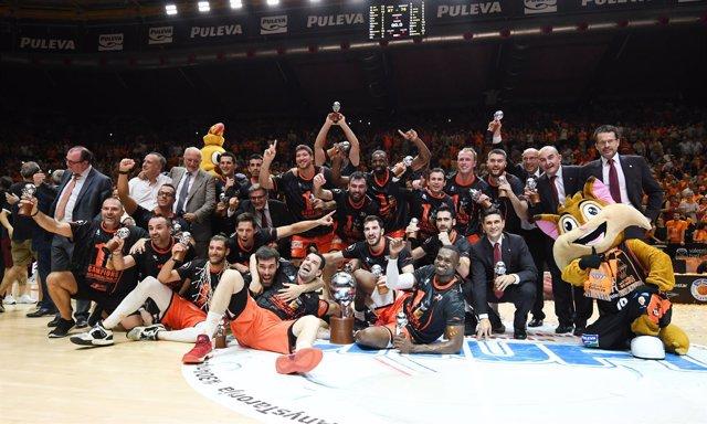El Valencia destrona al Madrid y hace historia con su primera liga