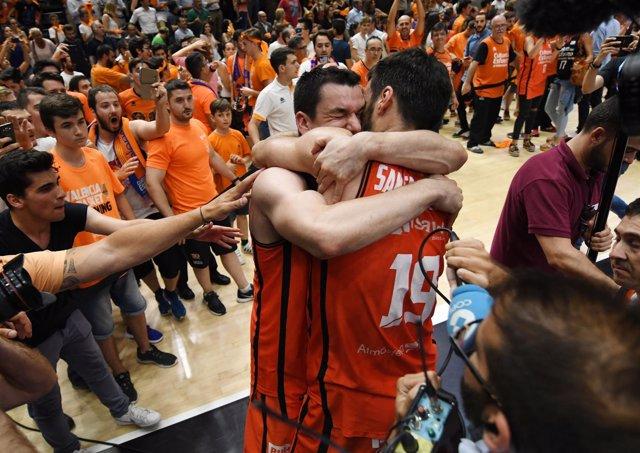 San Emeterio y Rafa Martínez se abrazan tras ganar la Liga
