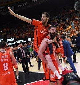 Guillem Vives y Bojan Dubljevic celebran la liga del Valencia