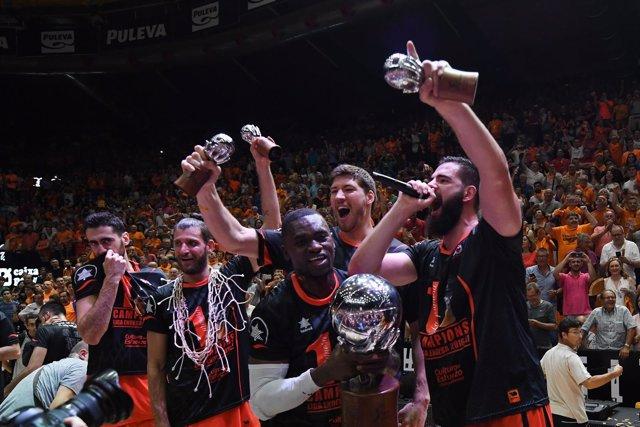 Bojan Dubljevic y el resto de la plantilla del Valencia Basket celebra el título