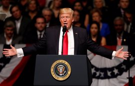 """Trump alaba a Kohl y destaca su papel como """"amigo y aliado de Estados Unidos"""""""
