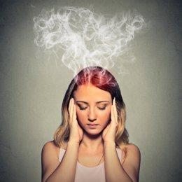 Mujer echando humo, calor, pensando