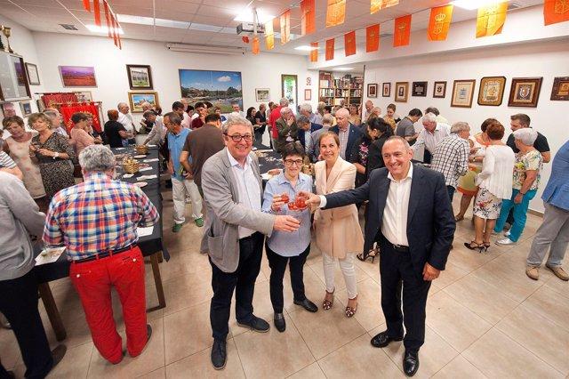 Uxue Barkos con la presidenta del Hogar Navarro en Vitoria
