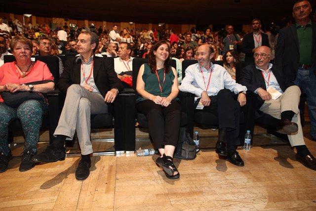Rubalcaba y Zapatero junto con otros socialista en el Congreso del PSOE
