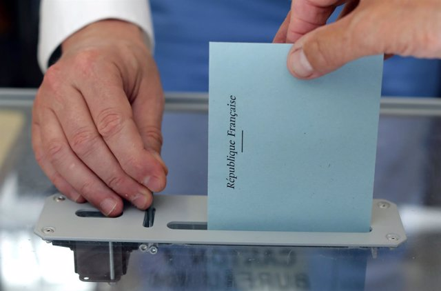 Una persona deposita su voto en las elecciones parlamentarias francesas