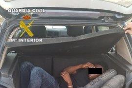 Detenido un conductor cuando entraba por la frontera de Melilla con 5 inmigrantes, hiriendo a dos agentes