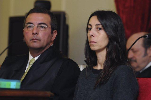 La policía local Raquel Gago junto a su abogado defensor, Fermín Guerrero