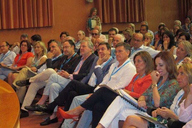 Méndez de Vigo escuchando el discurso de la candidata