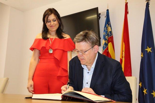 El 'president' ha firmado en el libro de la localidad